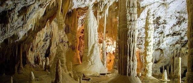 Marche: le incantevoli Grotte di Frasassi